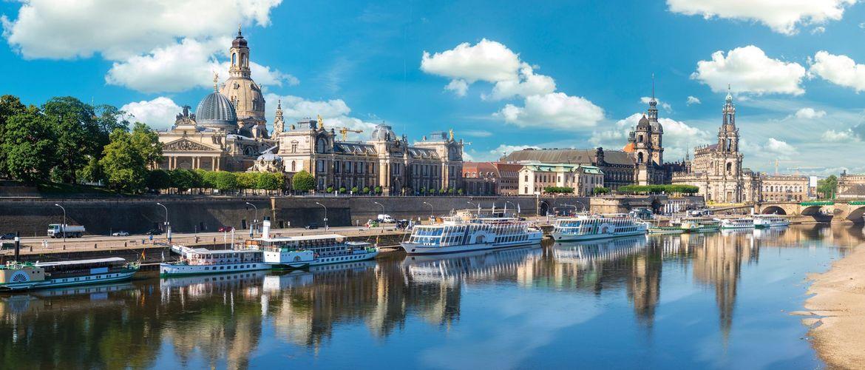 Dresden City Skyline Panorama an Elbe und Augustusbruecke web iStock 1022091904
